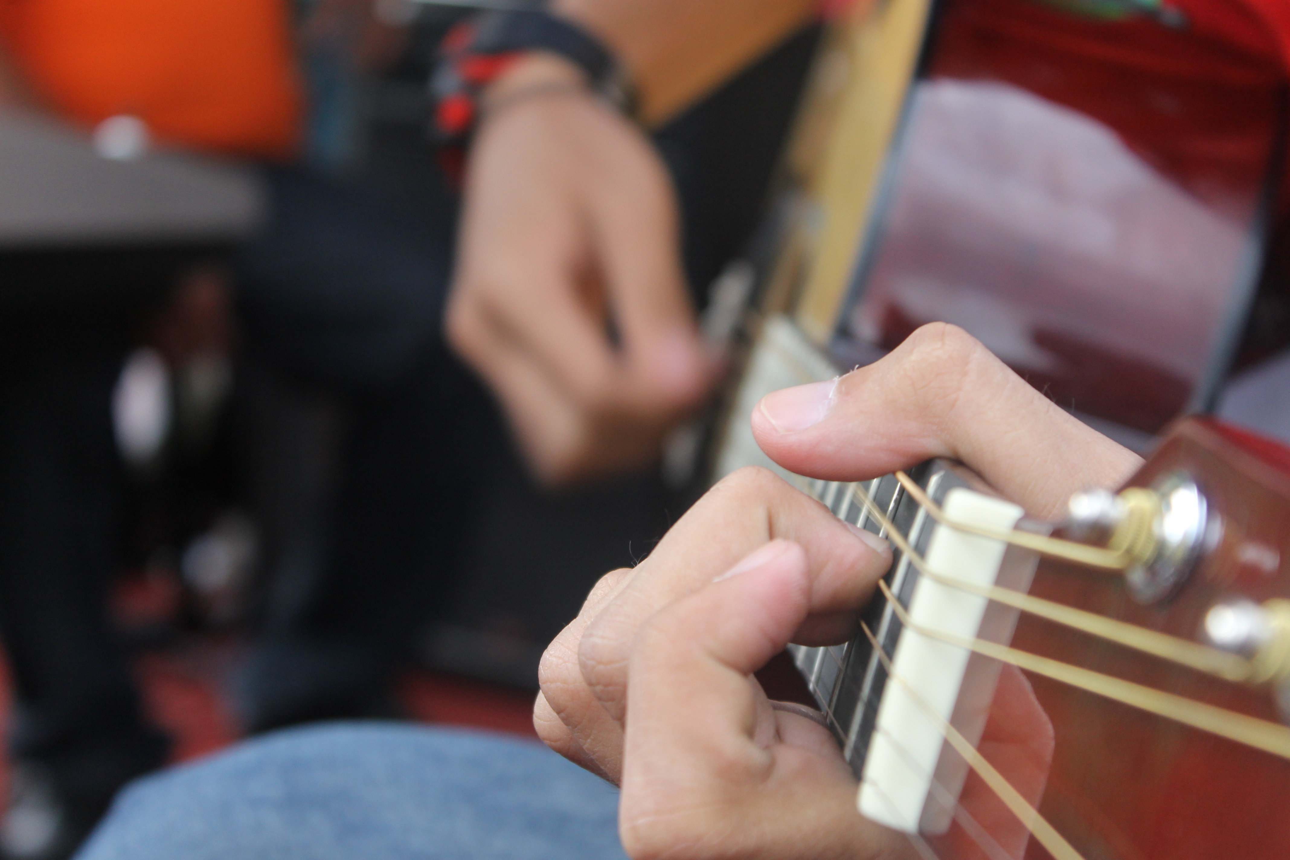 how to hold an acoustic guitar